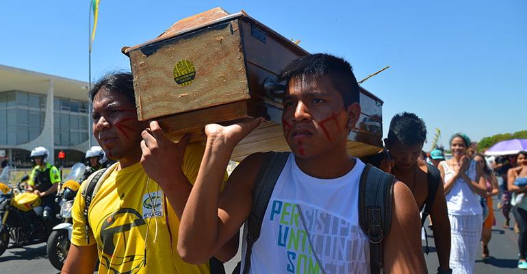 Estudantes indígenas da UnB fazem marcha na Esplanada dos Ministérios em repúdio à situação de violência sofrida pelos Guarani Kaiowá, em Mato Grosso do Sul, no último fim de semana (José Cruz/Agência Brasil)