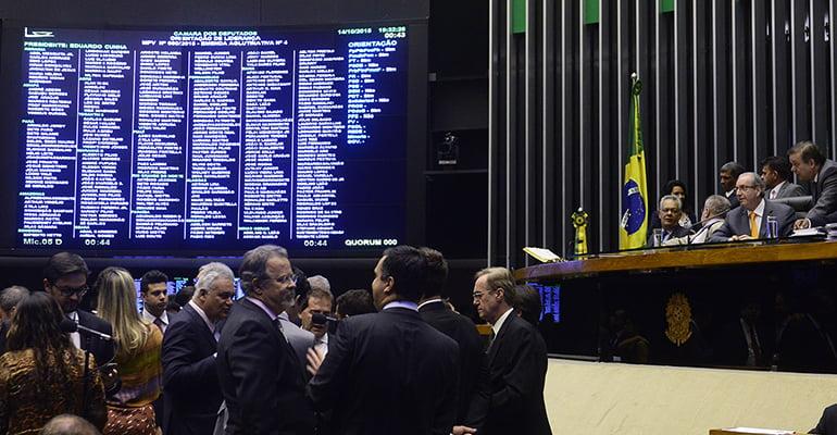 Deputados aprovam texto-base do 'Programa de Proteção do Emprego' sem o artigo que previa a prevalência do negociado sobre o legislado