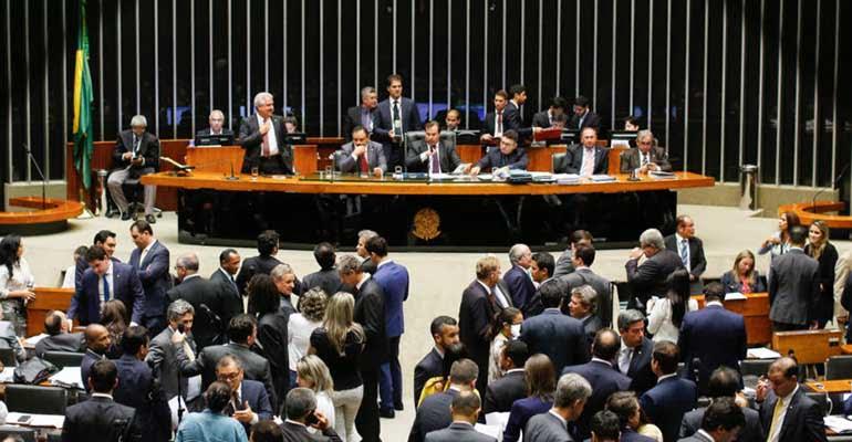 Deputados e senadores devem R$ 876 milhões à Receita