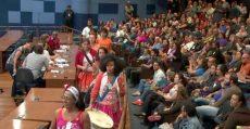 População lota Câmara de Campinas contra projeto que ataca professores e ensino