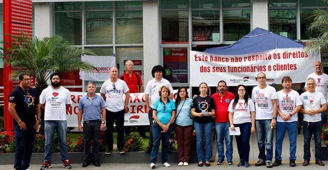 Bancários protestam contra implementação da reforma trabalhista no Santander