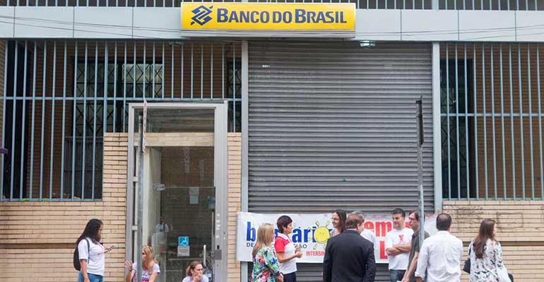 Bancários de Santos seguem com mobilização no Banco do Brasil por recolocações após reestruturações