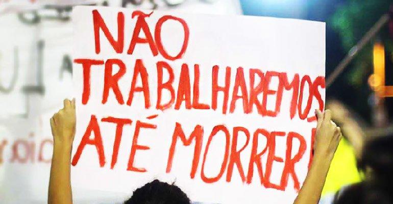 defesa da aposentadoria, não trabalharemos até morrer, molher levantando placa, 1 placa, reivindicação, manifestação, protesto, aposentadoria, previdência
