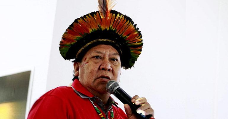 davi kopenawa, índio yanomami, indígena, homem com microfone, homem com camisa vermelha, homem falando no microfone