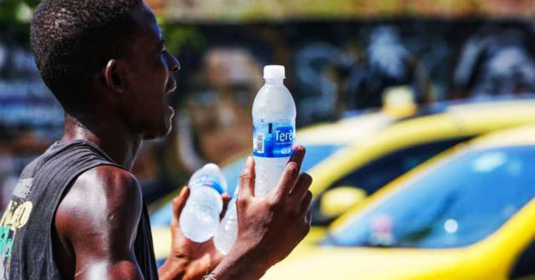 salário baixo, homem vendendo água, homem negro, homem gritando, calor, vendedor de rua, trabalho informal